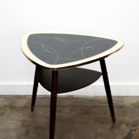 Table basse triangulaire et tripode