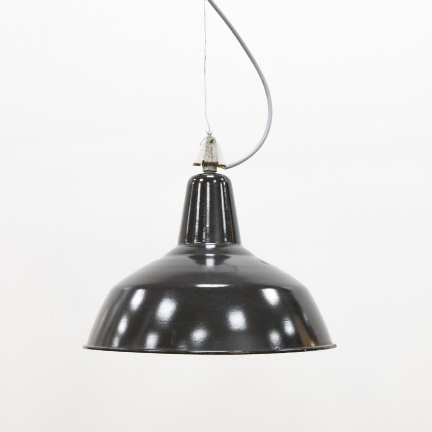 Suspension industrielle en fonte émaillée noire utilisée dans un atelier de mécanique dans les années 1950.