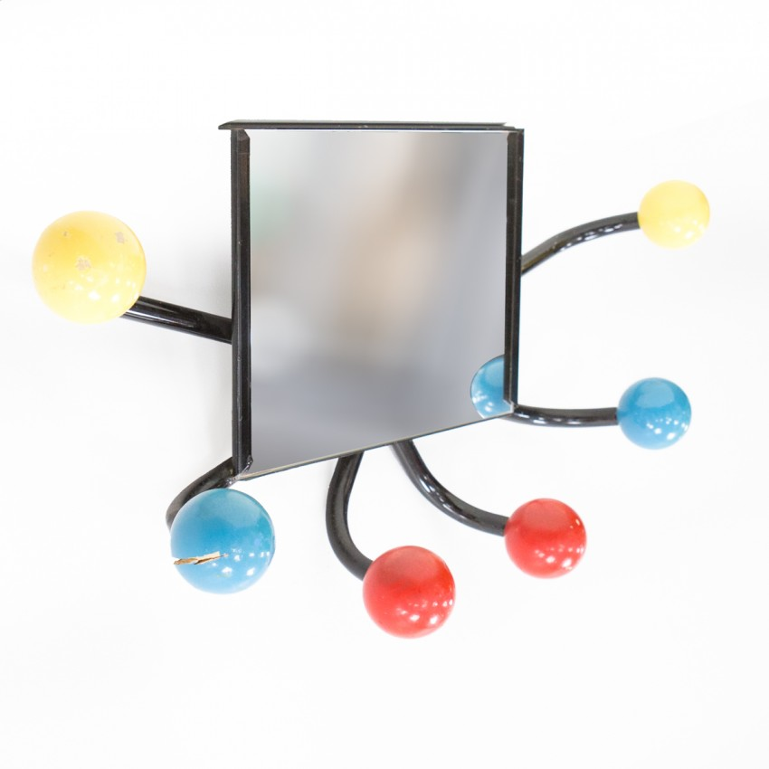 Vestiaire en tube noir et boules colorées