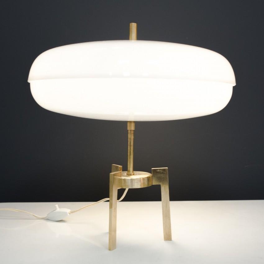 lampe italienne tripode en laiton et plexiglas des ann es 1960. Black Bedroom Furniture Sets. Home Design Ideas