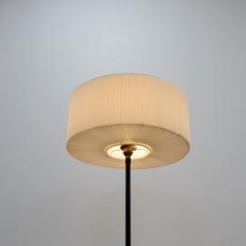 Lampadaire tripode avec un abat-jour en résine plissée des années 1950