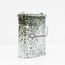 Ancienne boite à ration alimentaire à compartiments en tôle émaillée mouchetée.