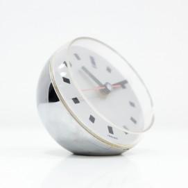 Petite horloge de bureau sphérique en résine chromée des années 1970.