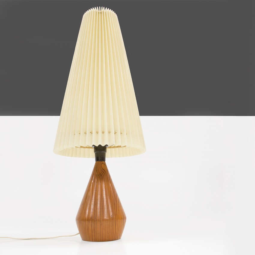 Lampe en bois et abat-jour en plastique plissé