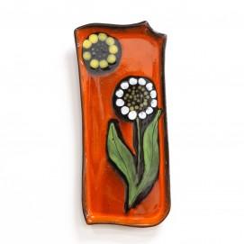 Plat en céramique représentant des motifs floraux