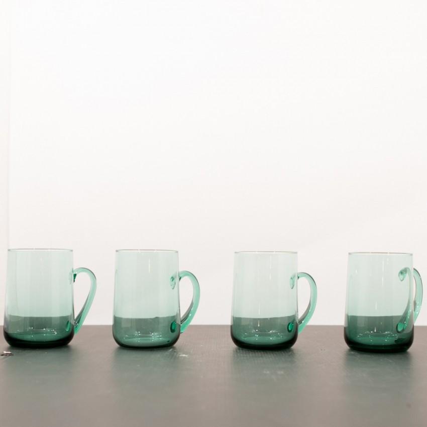mugs ou chopes en verre vert translucide et vintage. Black Bedroom Furniture Sets. Home Design Ideas