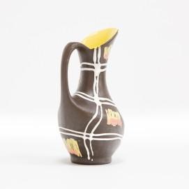 Pichet en céramique marron et jaune datant des années 1960.