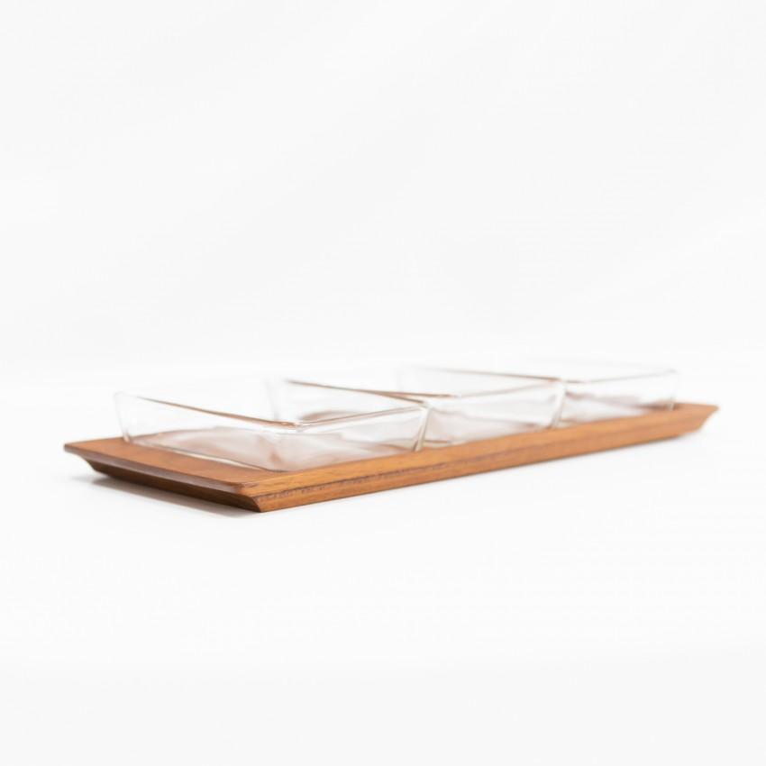 Plateau en bois et ramequins en verre