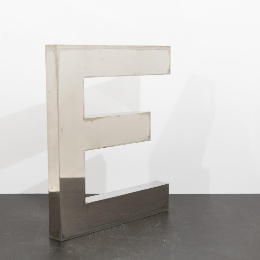 La lettre E d'une ancienne enseigne