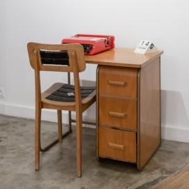 petit bureau en bois des ann es 1950. Black Bedroom Furniture Sets. Home Design Ideas