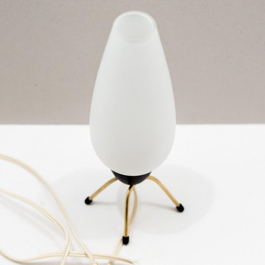 lampe d 39 appoint en laiton et opaline. Black Bedroom Furniture Sets. Home Design Ideas